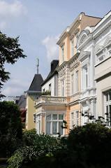 Villenbebauung in der Körnerstrasse von Hamburg Winterhude - die Fassaden der Gründerzeitvilla sind in dezenten Farben gestaltet.