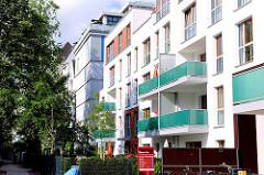 Neubauten in der Eichenstrasse in Hamburg Eimsbüttel - in der Bildmitte ein zu Wohnzwecken umgebauter Luftschutzbunker aus dem II. Weltkrieg.