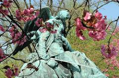 Kriegerdenkmal des Infaterie-Regiments - Bildhauer Johannes Schilling; 1877 eingeweiht. Sterbender Soldat auf seinem Pferd.
