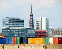 Bunte Container im Hamburger Hafen - Bürogebäude in der Hafencity und der Kirchturm der Hamburger St. Katharinenkirchen.