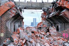 Trümmer beim Abriss der Pfeilerbahn an der Versmannstrasse Hamburg Hafencity (2008)