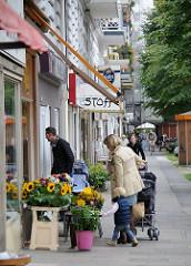 Einkaufen im Stadtteil Hoheluft Ost - Blumenladen mit Sonnenblunen am Lehmweg.