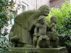Märchenfiguren im Winterhuder Efeuweg - Die Hexe / Hänsel und Gretel - Steinskulpturen.