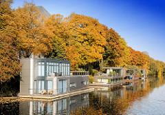 Wohnschiffe auf dem Kanal - herbstliche Bäume am Eilbekkanal - Herbstfarben am Kanalufer.