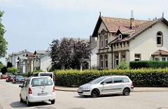 Alte Wohnbebauung mit Einzelhäusern in Hamburg Rönneburg - Strassenverkehr, rechts vor links - Vorfahrt.