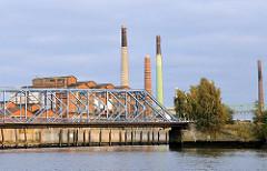 Bilder vom Müggenburger Zollhafen zum Müggenburger Kanal - hohe Schornsteine - Industriearchitektur in Hamburg.