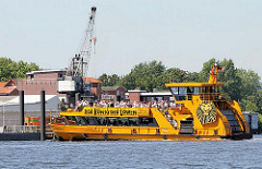 Die Hafenfähre ALTENWERDER in Anfahrt auf den Anleger Finkenwerder - im Hintergrund ein Kran im Hafen von Hamburg Finkenwerder.