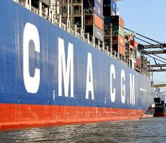 Bordwand eines Containerschiffs mit dem Schriftzeichen CMA CGM der Französischen Grossreederei  an der Bordwand.