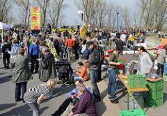 Abschlussveranstaltung der Protestkette der AKW-Gegner vor Brunsbüttel