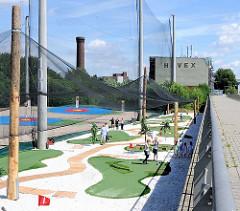 Gelände der Golfanlage in Hamburg Rothenburgsort - Netze halten die Golfbälle zurück - im Hintergrund der alte Wasserturm von Hamburg Rothenburgsort.