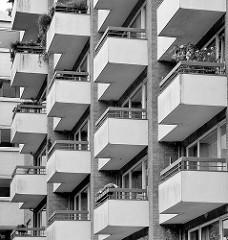 Balkons - Wohnhaus Neubau an der Sierichstrasse in HH-Winterhude; Schwarz-Weiss.