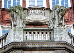 Elefantenskulpturen - Balkon mit Säulen - Klöpperhaus in der Hamburger Mönckebergstrasse; erbaut 1913 - Architekt Fritz Höger; Fotos aus dem Hamburger Stadtteil Altstadt.