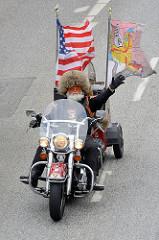 Abschlussparade der Harley Days in Hamburg - MotorradfahrerInnen  auf der Ludwig Erhard Strasse in der Hamburger Innenstadt.