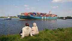 Containerschiff und Schlepper Köhlbrand Altenwerder.