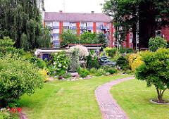Schrebergarten / Kleingarten mit Rasen und Büschen - Wohnblocks im Hintergrund - Fotos aus Hamburg Wilhelmsburg.