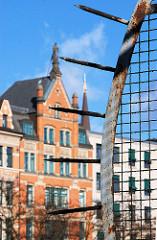 Spitzen des Zollzauns am Zollkanal - Grenze zum Hamburger Freihafen an der Speicherstadt - historische Architektur am Zippelhaus.