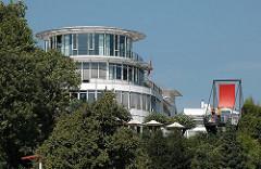 Moderne ARchitektur an der Elbchausssee - Restaurant mit Elbblick an der Elbchaussee von Hamburg Othmarschen.