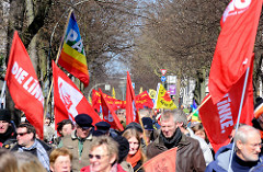 Ostermarsch Hamburg - Demonstranten und rote Fahnen.