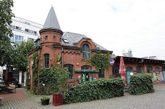 Ziegelgebäude mit Turm auf dem Gelände des Alten Schlachthofs von HH- Sankt Pauli.