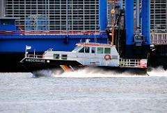 Boot der Schifffahrtspolizei NIEDERELBE in Fahrt auf der Elbe im Hamburger Hafen.