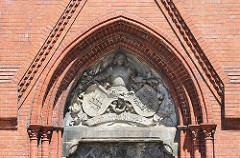 Über dem Brunnen der Köhlbrandtreppe befinden sich die Wappen von Preußen und Altona.