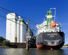 Der Massengutfrachter GALATEIA liegt an der Rethe in Hamburg Wilhelmsburg.