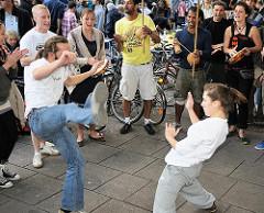 Schanzenfest - Capoeira Vorführung auf der Strasse - Capoeiristas kämpfen in der Roda