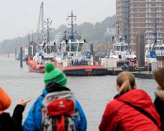 Hafenrundfahrt bei diesigem Hamburger Nieselwetter vor Hamburg Neumühlen - Hafenschlepper am Ponton / Liegeplatz.