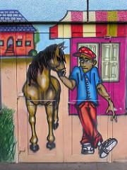 Graffiti Mann mit Pferd an einer Hauswand in Hamburg Steilshoop.