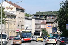 Strassenverkehr in der Durchgangsstrasse von Hamburg Wilstorf - Autobusse und PKW.