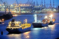 Beginnende Nacht im Hamburger Hafen - Blaue Stunde über der Elbe.