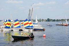Bootsvermietung an der Hamburger Aussenalster - Ruderboot auf dem Wasser - Segelboote am Bootssteg, Alsterufer beim Hamburger Stadtteil St. Georg.