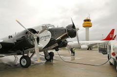 Ju 52 historisches Flugzeug Betankung Flughafen Fuhlsbüttel.