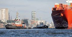 Containerschiff RIO DE LA PLATA der Reederei Hamburg-Süd; der Frachter hat eine Länge von 286,50m und kann 5905 TEU Container transportieren. Schlepper unterstützen den Containerfrachter bei seinem Anlegemanöver - Möwen fliegen um die Schiffe.