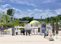 Haupteingang der IGS 2013 in Hamburg Wilhelmsburg - nicht wirklich Massenandrang.