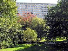 Grünanlage und Bäume zwischen den Hochhäusern am Grindelberg in Hamburg Harvestehude.