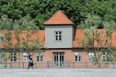 Lawaetzhaus in Hamburg Neumühlen, Stadtteil Ottensen - Blick von der Hochwasserschutzanlage am Elbufer.