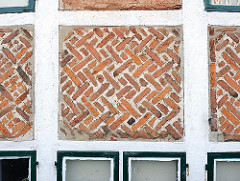 Fachwerkgebäude mit Ziegelsteinen - geweisste Balken.