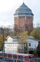 Blick über die S-Bahngleise - alter Bahnhof Sternschanze - Wasserturm zum Hotel umgebaut.