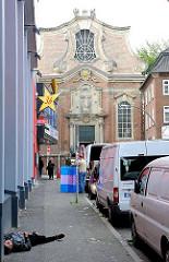 Blick durch die Schmuckstrasse zur katholischen St. Josephskirche an der Grossen Freiheit von Hamburg St. Pauli.