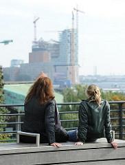 Ausblick  vom Elbhang in Hamburg St. Pauli zur Baustelle der Elbphilharmonie in der Hafencity.