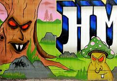 Graffiti; Baum und Pilz - dekorierte Hauswand in Hamburg Steilshoop.