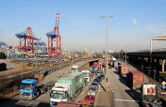 Dichter Lastwagenverkehr / LKW-Stau im Freihafen Hamburg; der Verkehr staut sich von der Zollstation Waltershof bis weit in den Freihafen hinein.