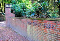 Eingang zum Sven Simon Park - Schriftzug an der Mauer - Bilder aus dem Hamburger Stadtteil Blankenese.
