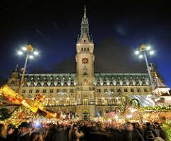 Weihnachtsmarkt vor dem Hamburger Rathaus - weihnachtliche Stimmung in der Hansestadt.