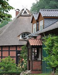 Wohngebäude in Hamburg Marmstorf - Fachwerkhaus mit Reet gedeckt - historische Architektur in Hamburg.
