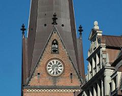 Kirchturm der Hamburger St. Petrikirche an der Mönckebergstrasse im Stadtteil Altstadt.