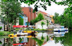 Tretboote am Anleger Ernst August Kanal in Hamburg Wilhelmsburg - Wohnblocks am Wasser.