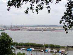 Das Mühlenberger Loch wird zugeschüttet - Entstehung neues Gelände für Airbus auf Hamburg Finkenwerder (2002) - im Vordergrund der Sportboothafen.