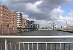 Blick von der Sandtorhafenklappbrücke in den Sandtorhafen - die ARbeiten an den Magellan Terrassen sind fortgeschritten (2005)